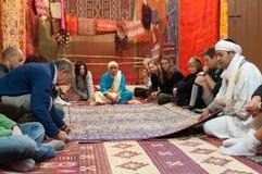 游人在地毯商店,摩洛哥 库存图片
