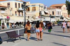 游人在埃伊纳岛海岛雅典,希腊享用 库存照片