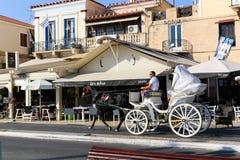 游人在埃伊纳岛海岛雅典,希腊享用 图库摄影