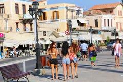 游人在埃伊纳岛海岛雅典,希腊享用 免版税库存照片