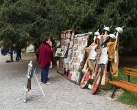 游人在堡垒的内在庭院里考虑手工制造纪念品在Sighisoara市在罗马尼亚 库存图片