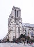 游人在大教堂Notre Dame站在队中,一些走 免版税库存图片