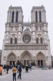 游人在大教堂Notre Dame站在队中, wal的一些 免版税库存照片