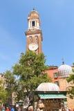 游人在威尼斯,意大利临近教会圣徒Apostoli 免版税图库摄影