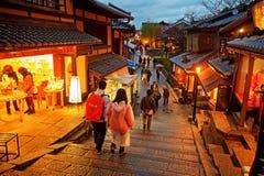游人在导致Kiyomizu寺庙的街道上走 免版税库存图片
