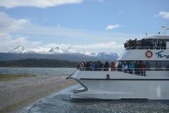 游人在小猎犬海峡观察Magellanic企鹅 库存照片