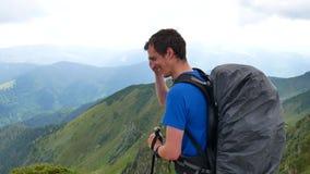 游人在山顶部看看法 carpathians 股票视频