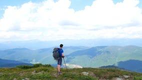 游人在山顶部看看法 carpathians 影视素材