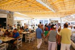 游人在巡航旅行-希腊享用 免版税库存照片