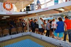 游人在巡航旅行-希腊享用 库存图片