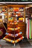 游人在市中心享受圣诞节市场 库存图片