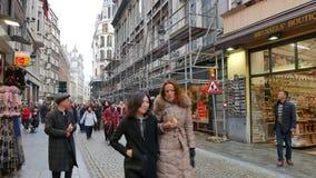 游人在布鲁塞尔拥挤移动朝照相机 股票视频