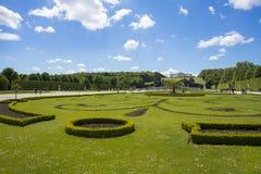 游人在庭院走在Gloriette Schonbrunn宫殿 免版税库存图片