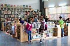 游人在战争残余博物馆纪念品店在西贡 免版税库存照片