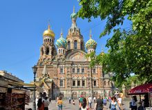 游人在救主的大教堂前面血液的o走 免版税库存照片