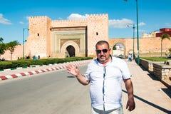 游人在旅途上通过摩洛哥 免版税库存照片