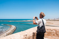 游人在旅途上通过摩洛哥 库存图片