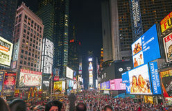 游人在时代广场在晚上 库存照片