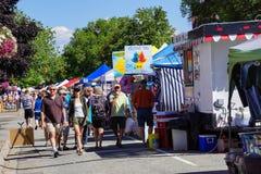 游人在星期六市场上 免版税库存照片