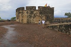 游人在普拉塔港,多米尼加共和国探索圣费利佩堡垒 免版税库存照片