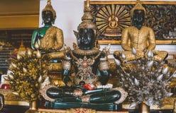 游人在曼谷placen Wat Saket 金黄登上的寺庙 库存图片