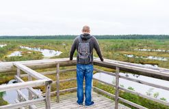 游人在有背包的桥梁停下来享受自然在夏日 库存图片
