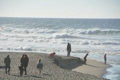 游人在林肯城,俄勒冈享用海滩 库存照片