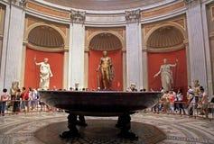 游人在梵蒂冈博物馆,罗马,意大利 免版税库存照片