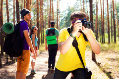 年轻游人在森林 免版税图库摄影