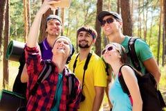 年轻游人在森林 免版税库存照片