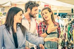 年轻游人在每周布料市场-最好的朋友概念上 免版税图库摄影