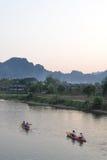游人在河乘独木舟 免版税图库摄影