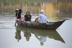 游人在河Thubun的一条小船乘坐 hoi越南 库存图片
