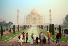 游人在泰姬陵-著名陵墓在印度 库存照片