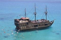 游人在海游泳在船附近 图库摄影