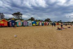 游人在海滩放松 免版税库存照片
