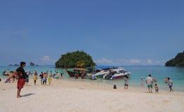 游人在海滩享用在普吉岛 库存照片
