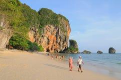 游人在海滩享用在普吉岛 库存图片