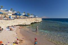 游人在海滩放松在埃及 免版税库存图片