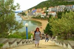 游人在涅姆镇,亚得里亚海的海岸 免版税库存照片