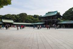 游人在涩谷日本看见经典木寺庙美济礁神道的信徒的寺庙 库存图片