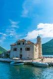 游人在游艇航行了到Gospa在博卡队科托尔湾的od Skrpela海岛  库存照片