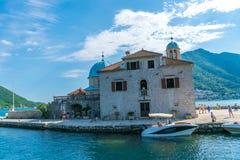 游人在游艇航行了到Gospa在博卡队科托尔湾的od Skrpela海岛  免版税库存图片