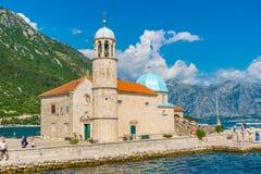 游人在游艇航行了到Gospa在博卡队科托尔湾的od Skrpela海岛  免版税库存照片