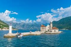游人在游艇航行了到Gospa在博卡队科托尔湾的od Skrpela海岛  免版税图库摄影