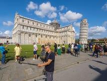 游人在照片的比萨至多普遍的地方-斜塔-比萨意大利- 2017年9月13日 免版税图库摄影