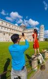 游人在照片的比萨至多普遍的地方-斜塔-比萨意大利- 2017年9月13日 免版税库存图片
