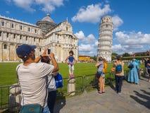 游人在照片的比萨至多普遍的地方-斜塔-比萨意大利- 2017年9月13日 库存照片
