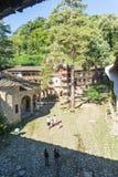 游人在特罗扬修道院的庭院里在保加利亚 免版税图库摄影