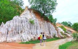 游人在生态旅游的参观春天在春日 免版税库存图片